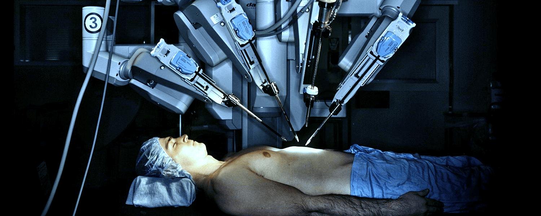 управляя при этом роботизированными инструментами для хирургического вмешательства