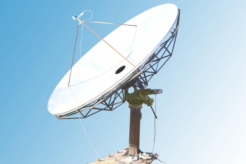 Осесимметричный, прямофокусно-заркальный вид антенны