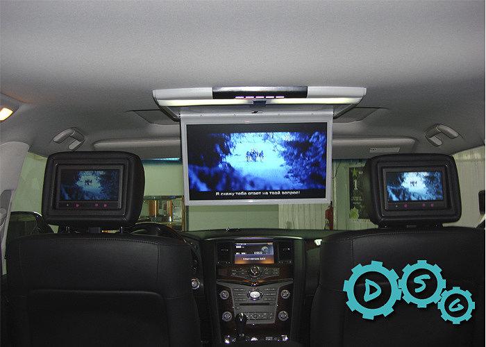 Установка потолочного монитора в автомобиль Infiniti QX 60 с люком и коммутацией штатной мультимедийной системой, потолочного монитора и штатными подголовниками.